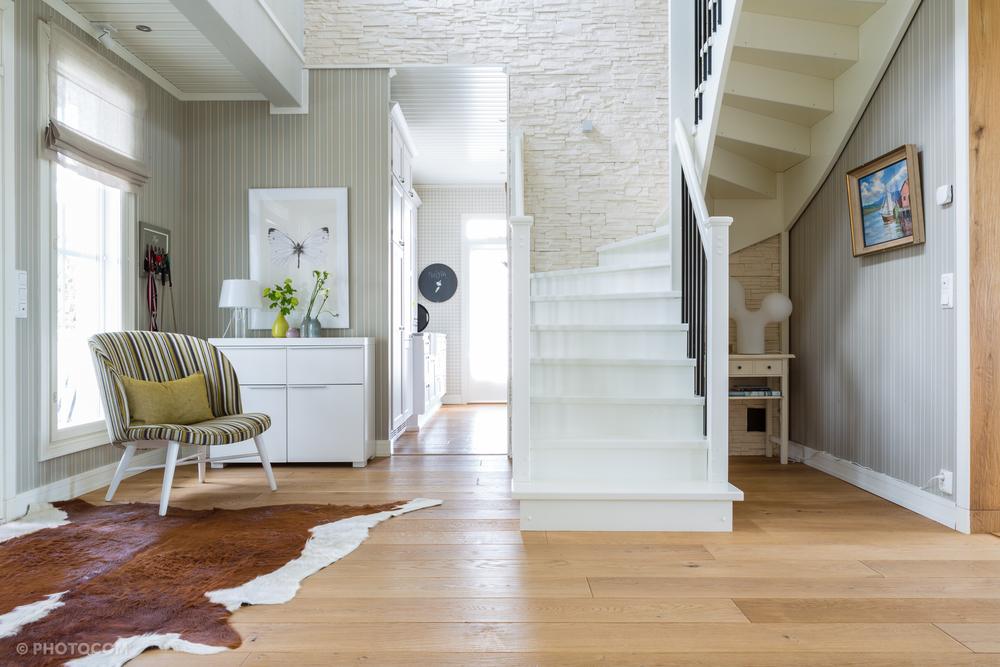 Tarkiaisten kotiin astuessa ei tunne seisovansa eteisessä, vaan sisään tullaan suoraan kodikkaasti sisustettuun aulaan.