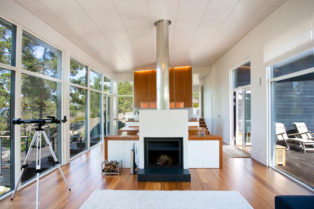 Stuvin kiertoilmatakka on pääasiassa sisustuselementti, mutta se myös lämmittää miellyttävästi kylmänä vuodenaikana. Perhe halusi suuriluukkuisen takan, jotta tuli saadaan keskeiseksi elementiksi huoneeseen.