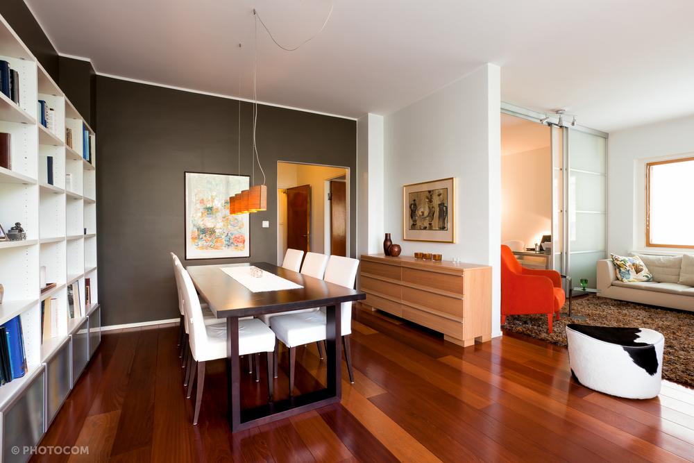 Olohuoneen hurmuri on vanha Skannon nojatuoli, johon hankittiin iloisen oranssi verhoilu. Oman pilkkeen silmäkulmaan tuo Ikeasta löydetty rahi. Myös matto oli osa uuttaa sisustusta.