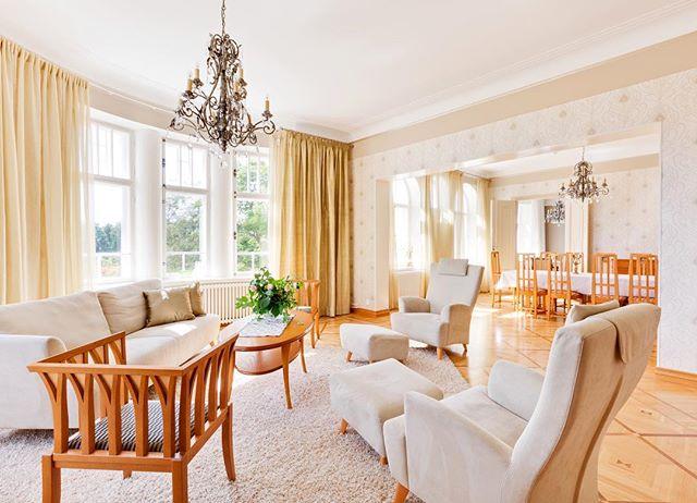 Tässä olohuoneessa tulvii valoa sisään. ☀️ Kyseessä kartano, joka esitellään kohta blogissa. ➡️ this mansion soon to be displayed in our blog. Stay tuned. 😉www.kauniitkodit.fi #kauniitkodit #kodit #koti #scandinavianstyle #home #sisustusinspiraatio #sisustus #scandinavianhome #scandinavianhomes #beautifulhomes #sisustussuunnittelu #interiordesing #olohuone #finnishhome #finland #mikkoalapeijari #photocom