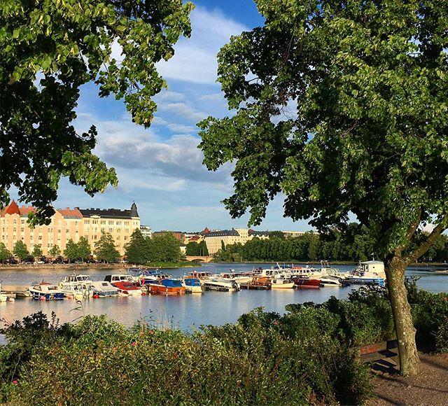Hakaniemi ja Eläintarhanlahti. Kaunis kesäpäivä. ☀️#hakaniemi #eläintarhanlahti #helsinki #finland #beautiful #landscape #lake #cityscape #summer