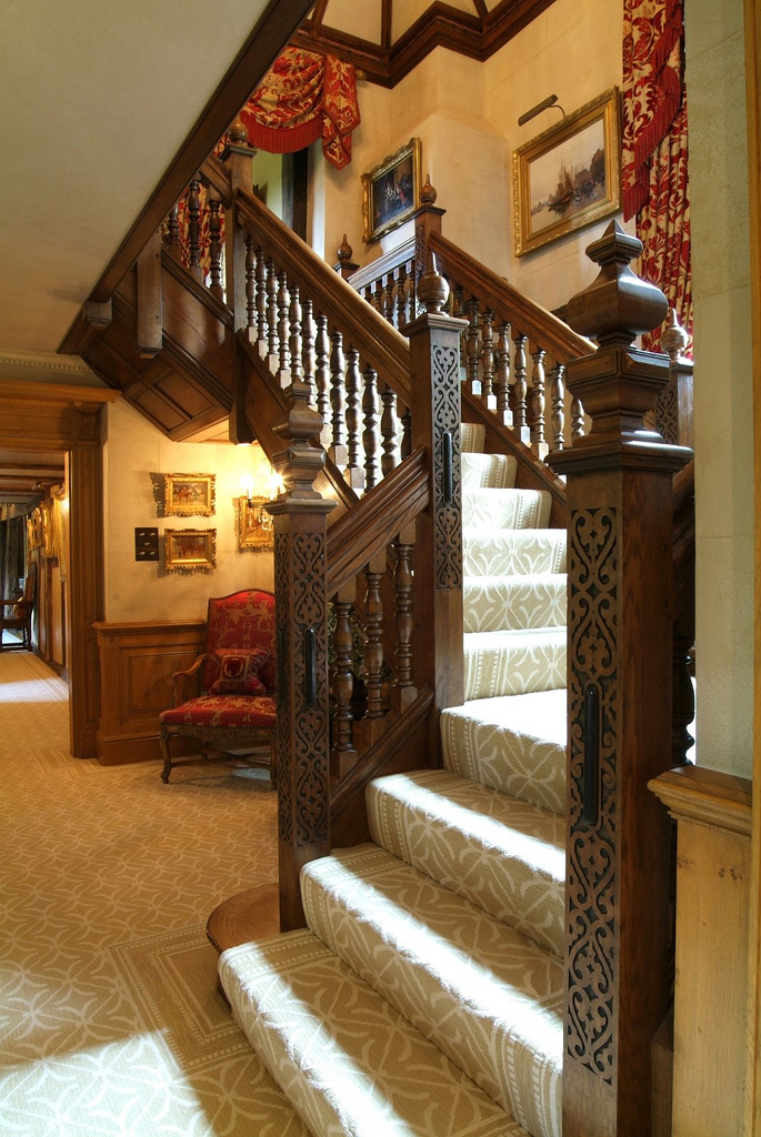 17th Century inspired oak newel by Arttus Oak Staircases // © arttus oak staircases