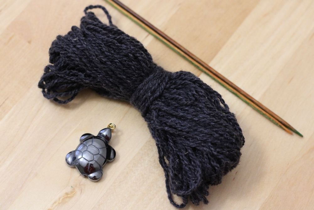 Learn how to make an i-cord necklace that's a quick gift for you or a friend. | withwool.com