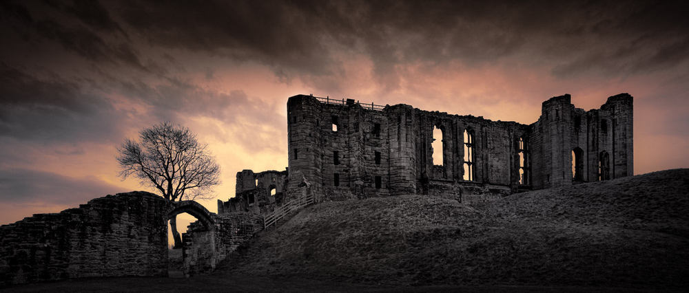 Kenilworth Castle at night