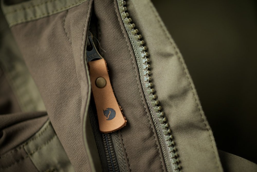 There is also a little zippered pocked on the left arm for smaller gadgets.