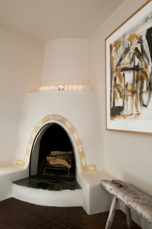 Santa+Fe+Historic+Motif+Kiva+with+Contemporary+Art-+photo+by+Laurie+Allegretti-2.jpg