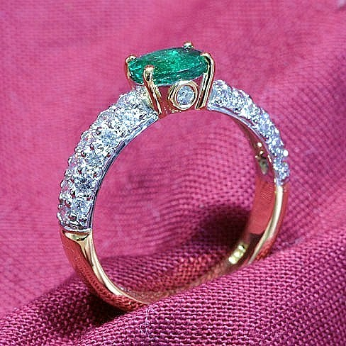 Natural_Emerald_Diamond_Ring.jpg
