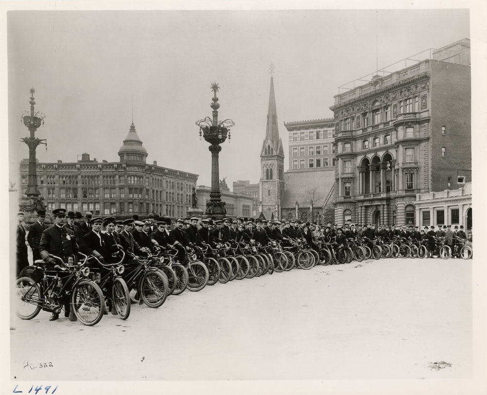 View of large group of motorcyclists gathered at Monument Place in Indianapolis, Indiana (1908). Image via Wikimedia.