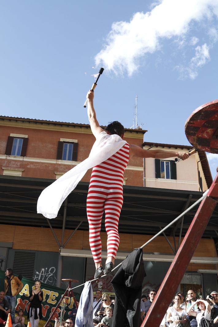 """""""Soluzioni per il traffico di Roma, basta camminare sospesi..."""" Foto di Riccardo Papi (il mi marito:) (cmasciola[at]aminstruments.com)."""