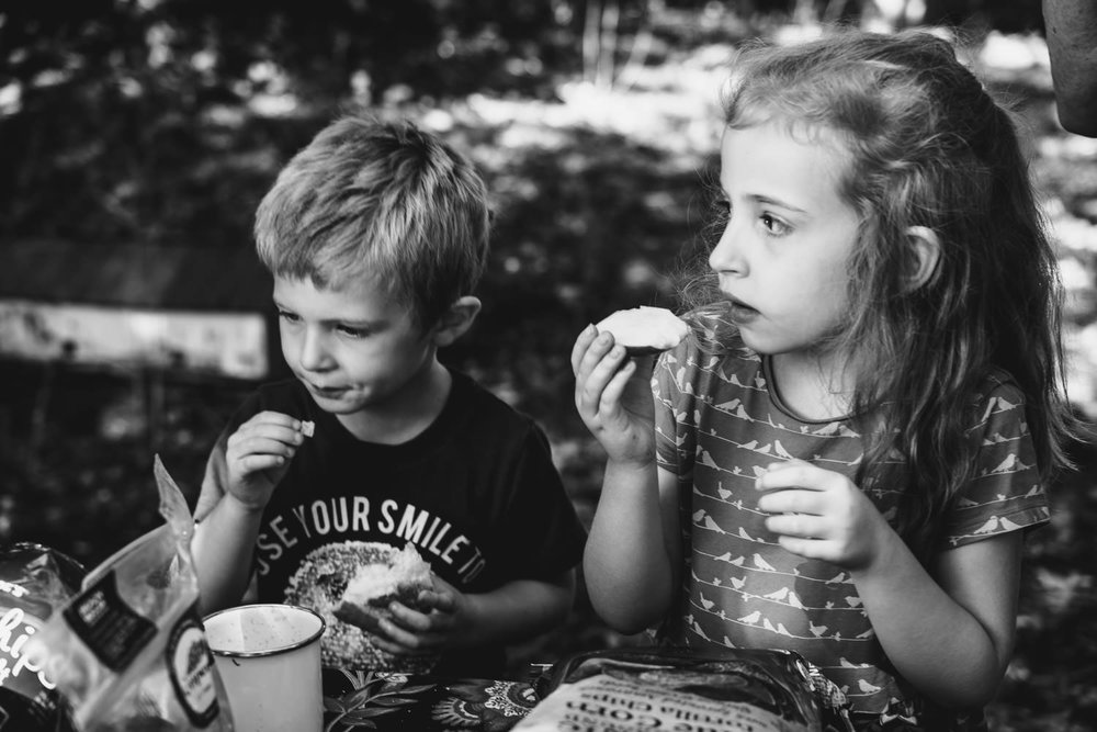Two chidlren picnic.