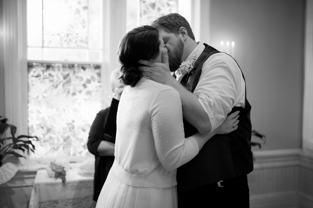 Bride and groom's first kiss after they elope | Magnolia House Inn