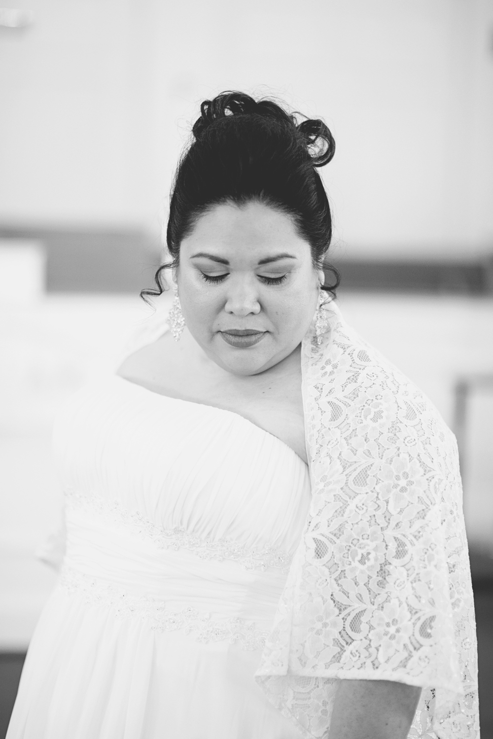 Bridal portraits | Church winter wedding | Black and white
