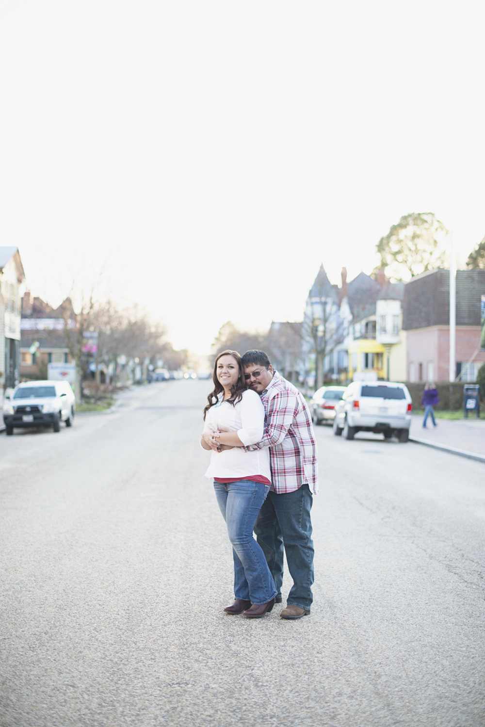 Cute engagement session posing ideas | Downtown engagement session