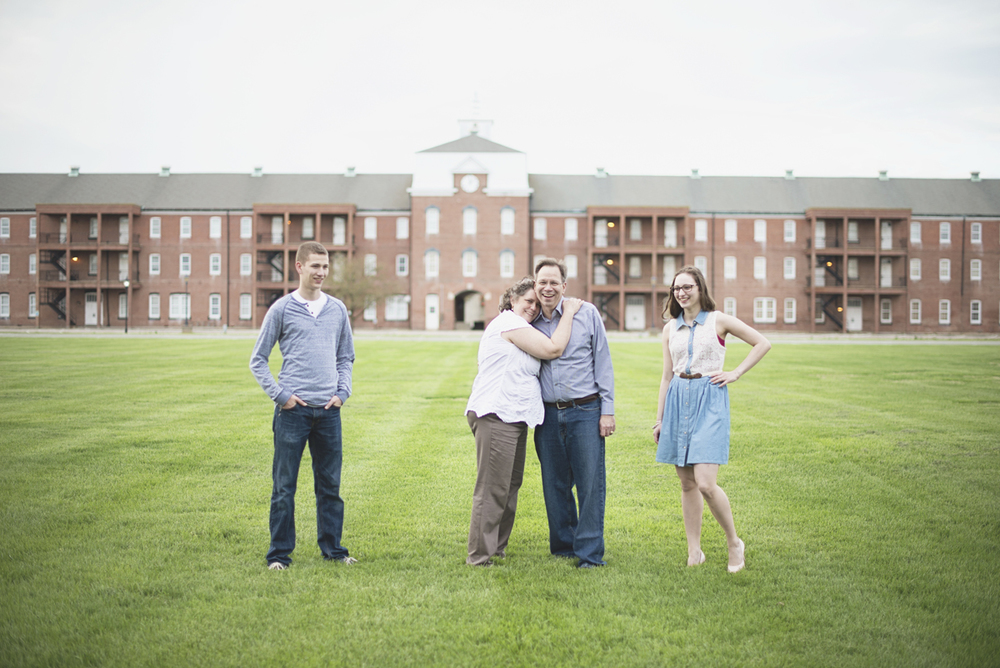 Natural family picture posing ideas | Historic mansion