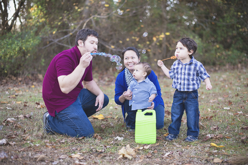 Suffolk, Virginia Family Photographer | Fall family picture ideas with bubbles