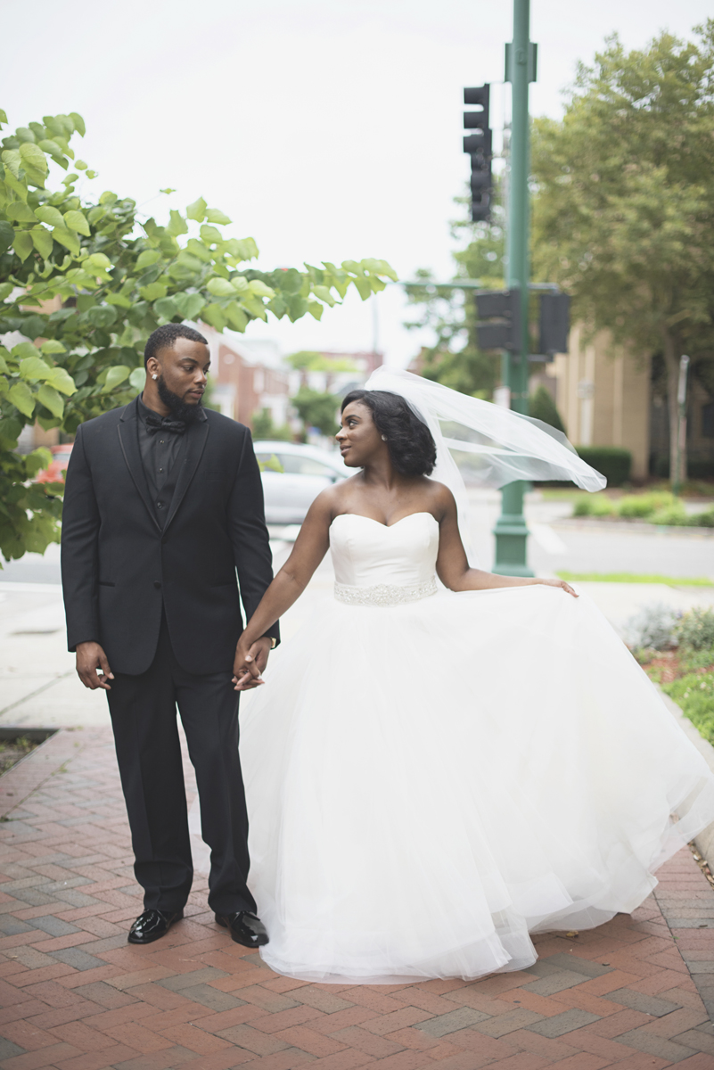 Great Gatsby Themed Urban Wedding | Bride and groom portraits
