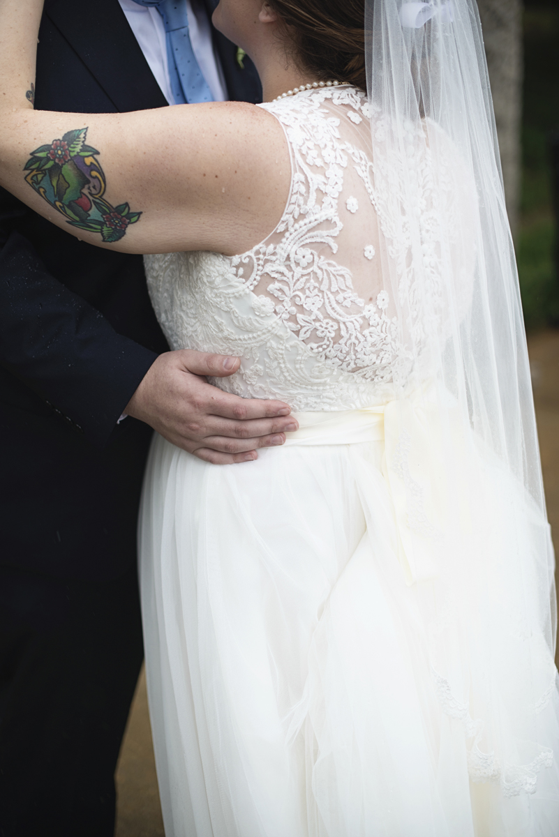 Teal, White, and Gold wedding | Richmond Virginia Wedding | Tattooed bride and groom rainy day portraits