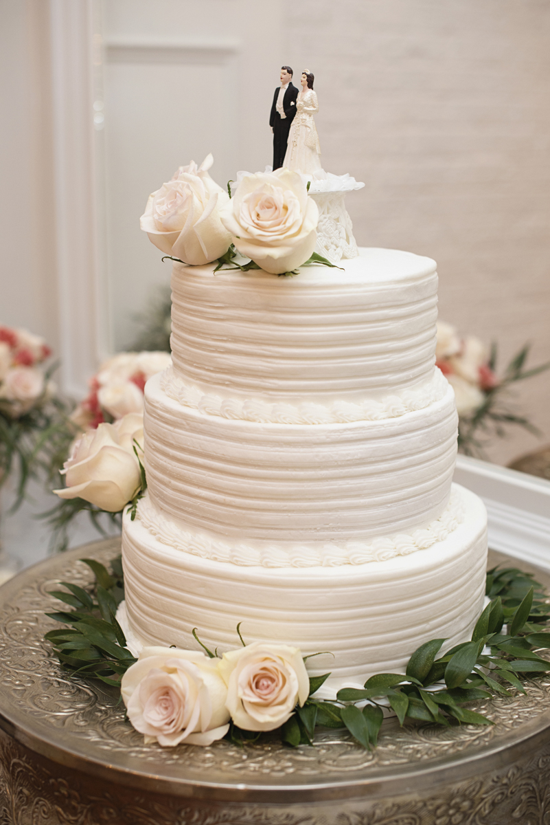 Plantation on Sunnybrook Roanoke Wedding | All-white wedding cake