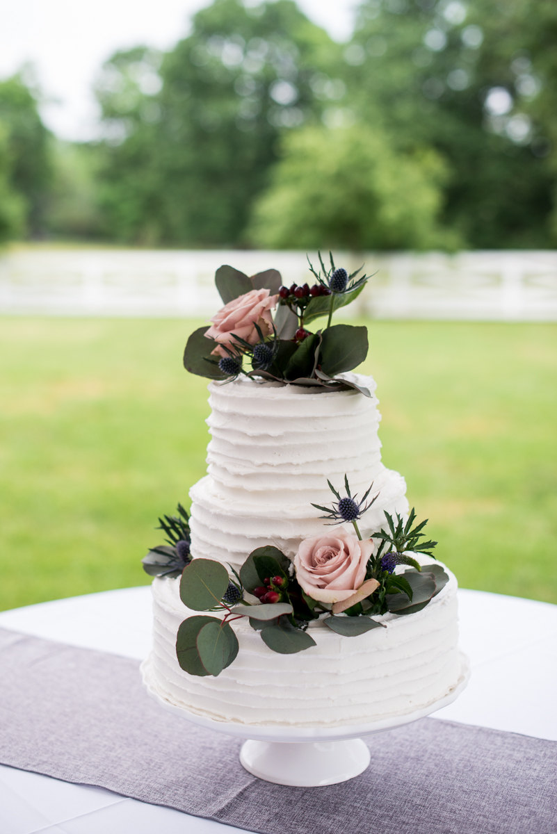James Monroe Highland Wedding in Charlottesville | White wedding cake with greenery and roses