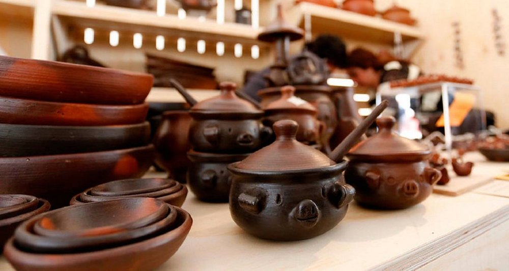The pottery from Pomaire, Chile | Pomaire, a small village famous for its clay pottery, including bowls, baking ware, and vases in all different sizes, along with cute piggy banks. If you eat at any restaurant serving traditional food in Chile, you'll probably find that they use pottery from Pomaire.