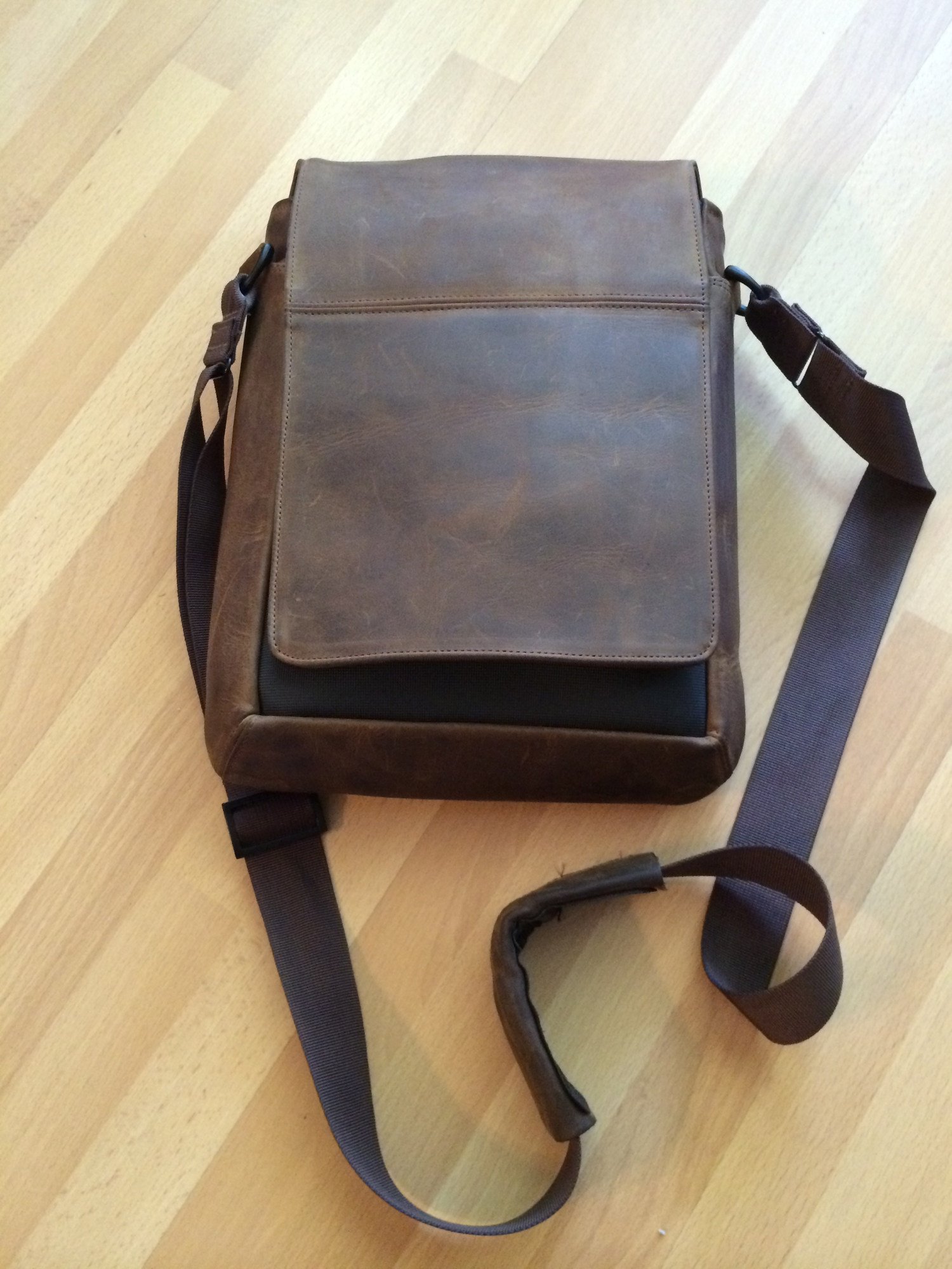 Review  Muzetto Leather Messenger Bag — 1WaySwim 7b88f99ef230d