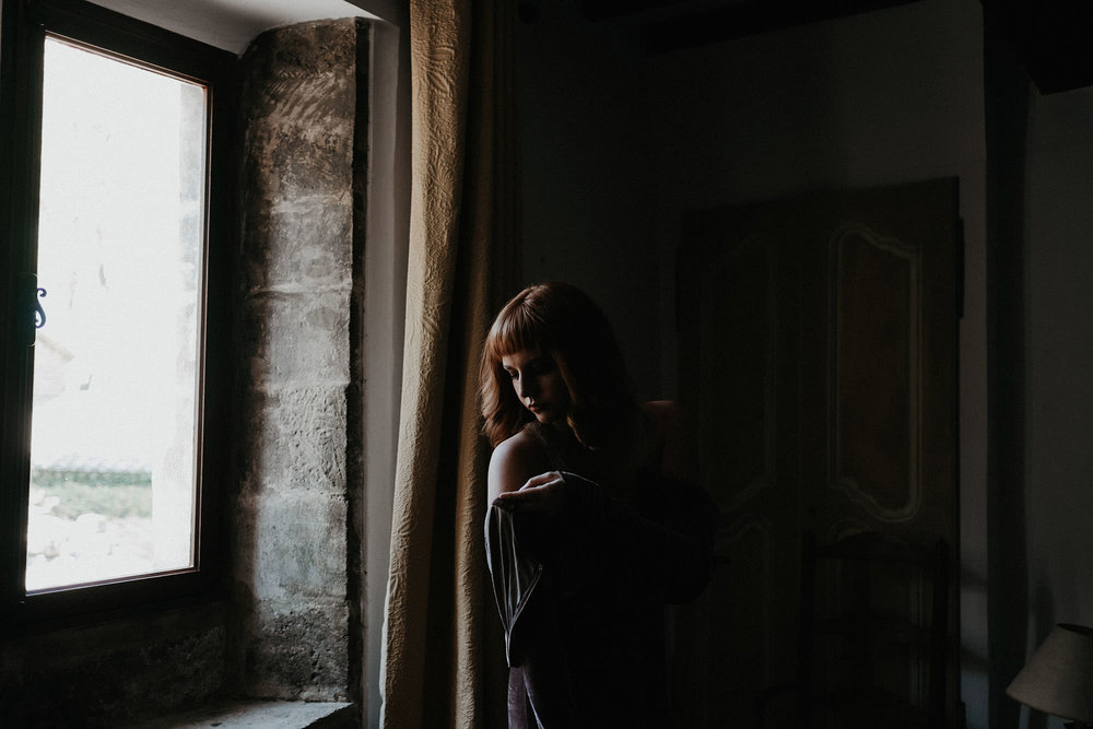 goult provence france elopement bride in apartment photo