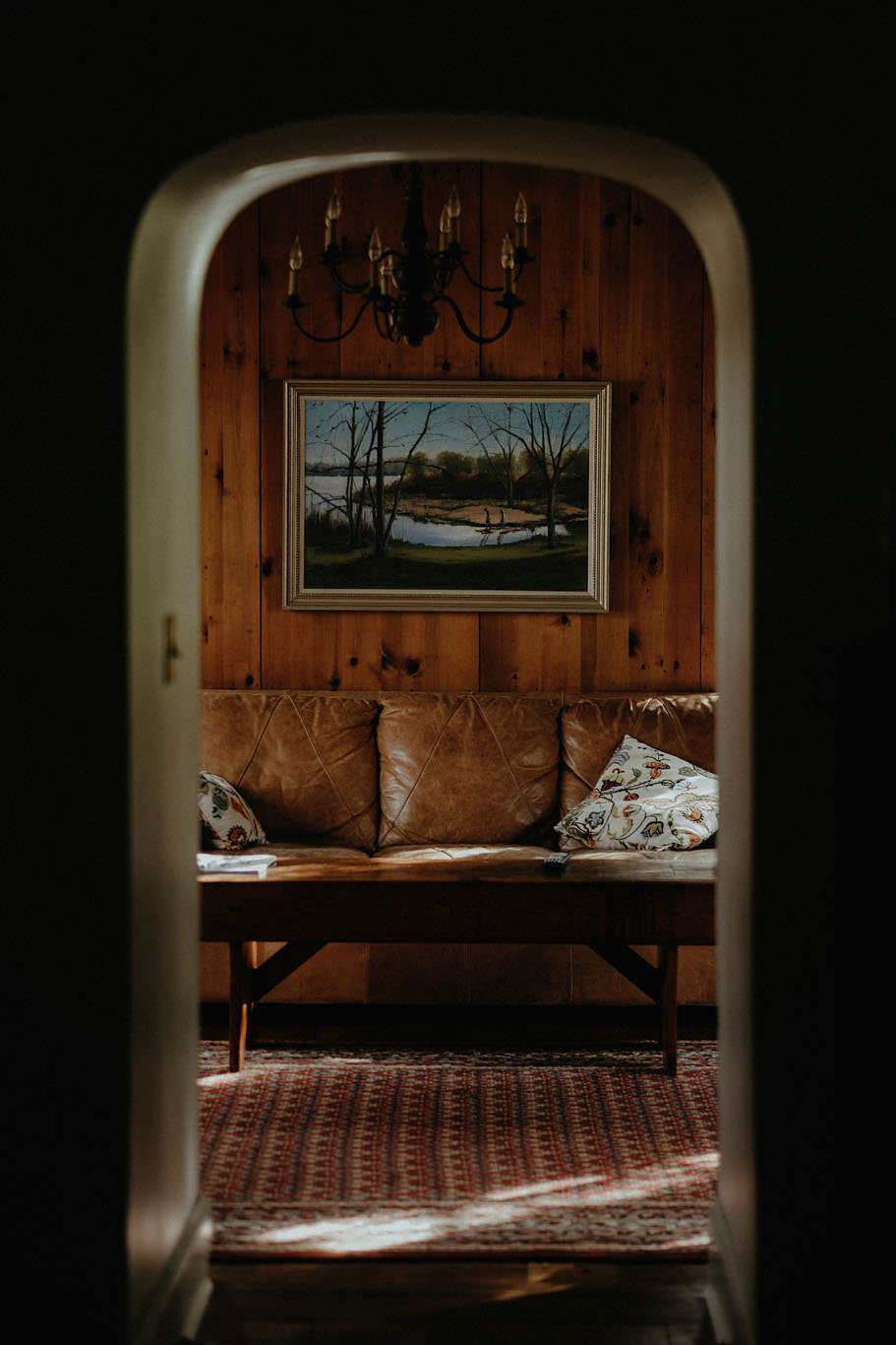 andover new jersey crossed keys estate adventure wedding photographer leather couch living room