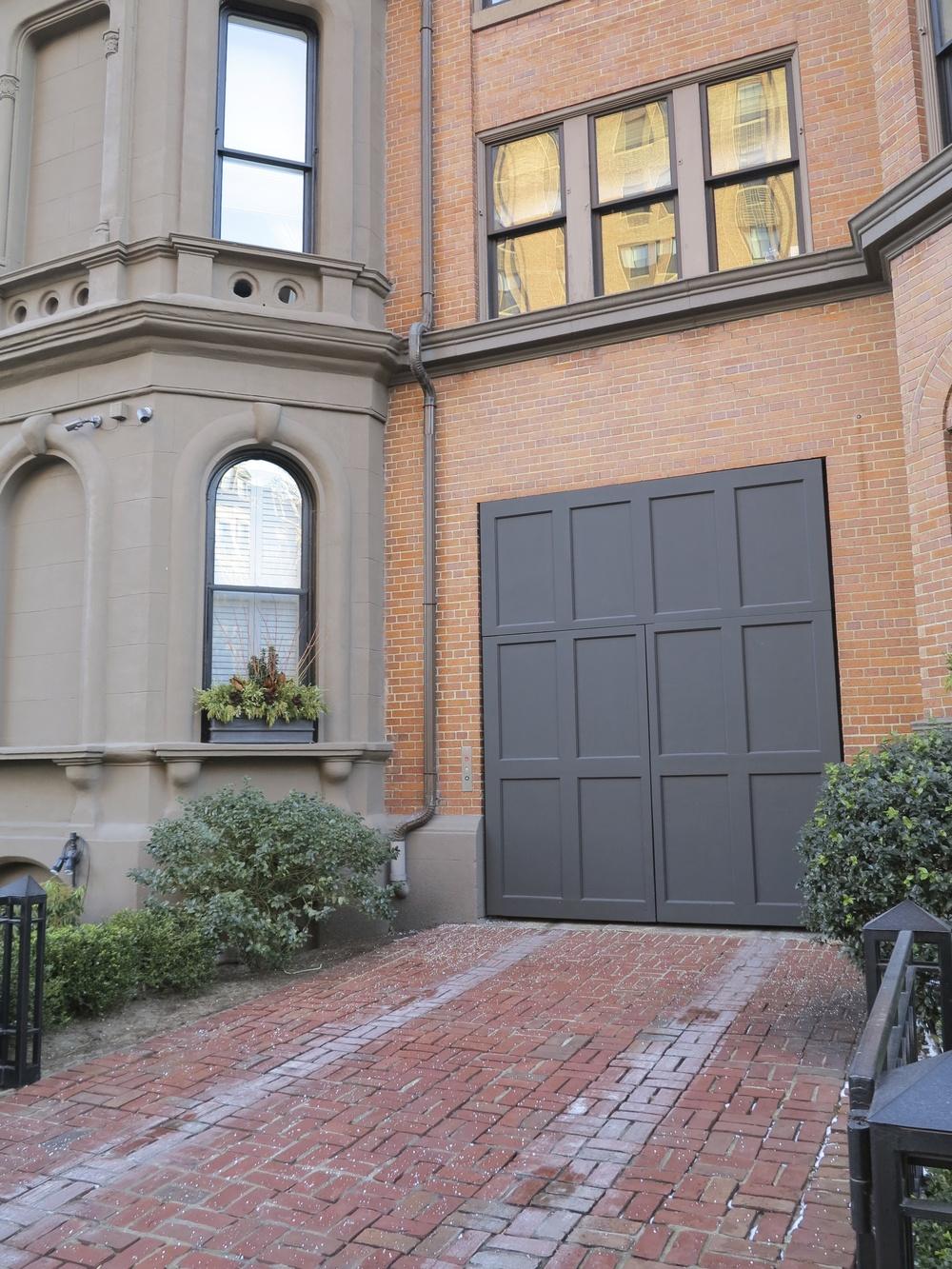 :: swooning over this simple garage door ::