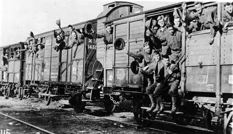 4th_div_on_troop_train_france.jpg