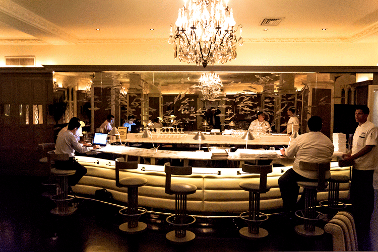 COM_MN_E56th_111_Lombard_dining_bar01.png