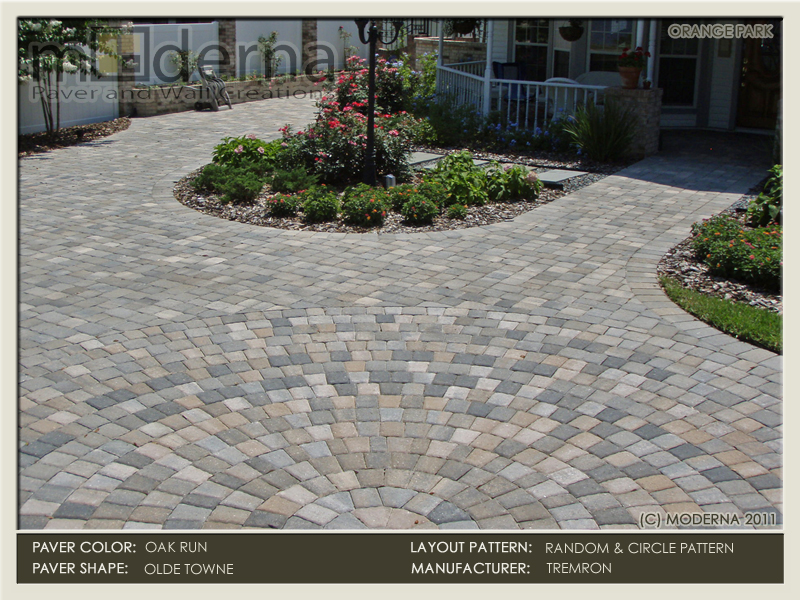 Paver driveway in Orange Park FL with a circular inlay in the courtyard area. The circle pack and surrounding pavers are Oak Run color.