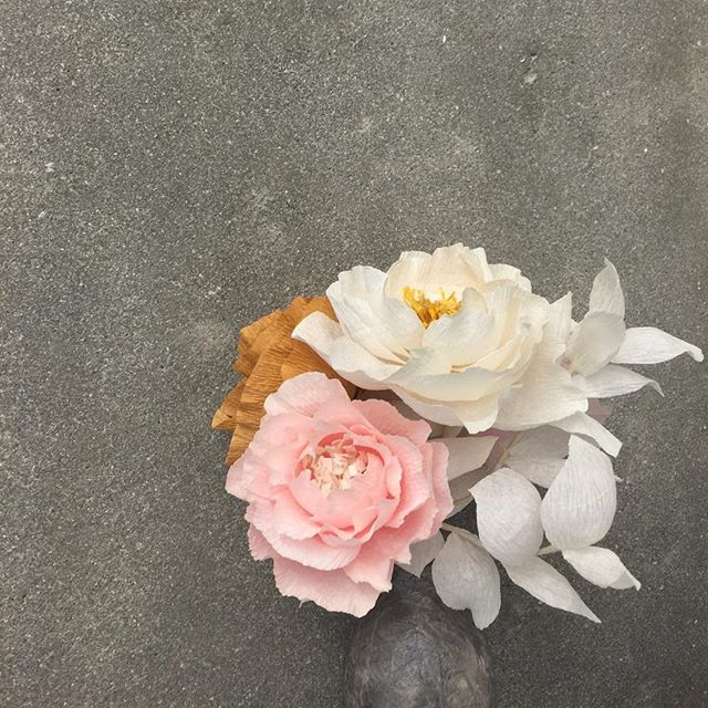 Oh~ someone's going to be lucky!!! 😆 2 seats just opened up for @poketo x @bloomsintheair paper flower workshop 5/7th @thelinehotel It's seriously the best Mother's Day gift you can give. Either for you to make and give or for you and your mom to learn together. 💐 Give the gift that makes it meaningful. Link is in profile to sign up. 👆🏻✌🏻️🙌🏻