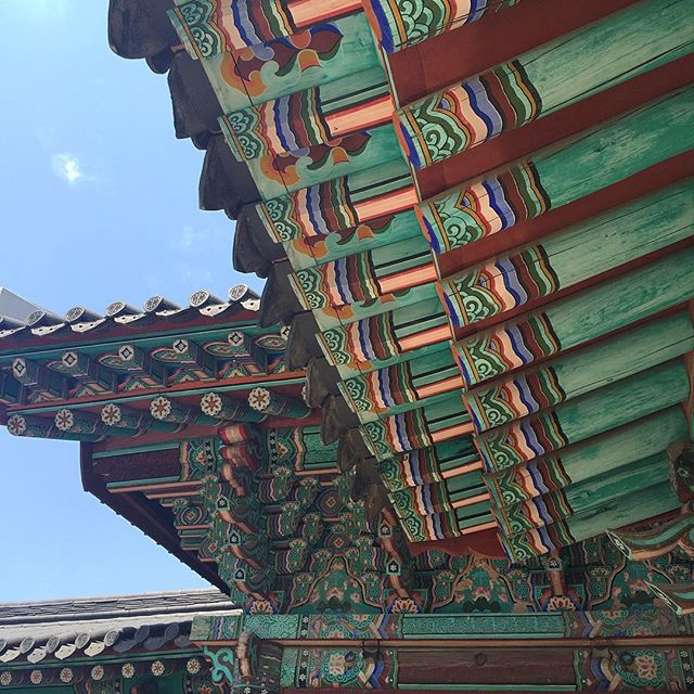 Fourth day in Seoul, Korea. Have been in the moment with the warmest family welcome and the marathon of soul food. So happy. Then took a trip to jeonju hanok village. Beautiful clear skys with load of inspiration and memory making. . . . . #bitatravels #seoul #jeonju #hanokvillage #grateful
