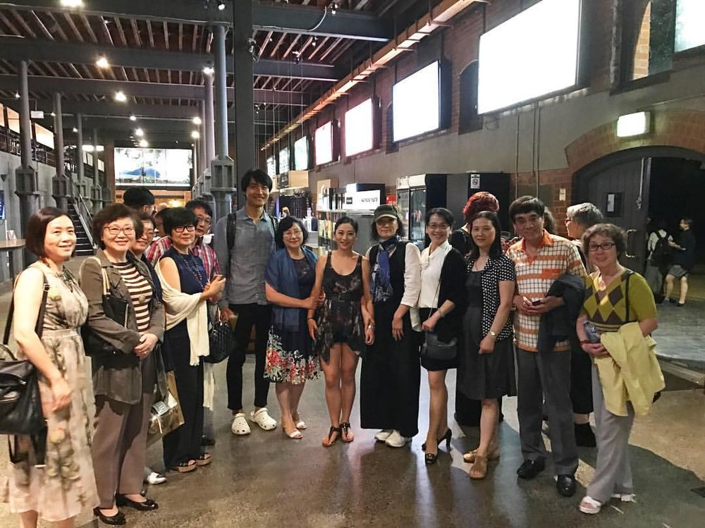 Alice is in the centre flanked by her real mother Vivian Qin, and her stage mother Diana Lin. Along with director Wang Chong (The tall man next to Mama Qin), her family, and family friends.