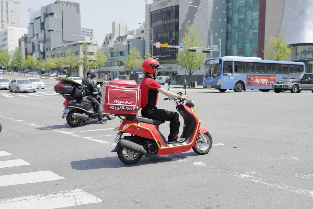 Pizza Hut delivery bike in Sinsa-dong (신사동).