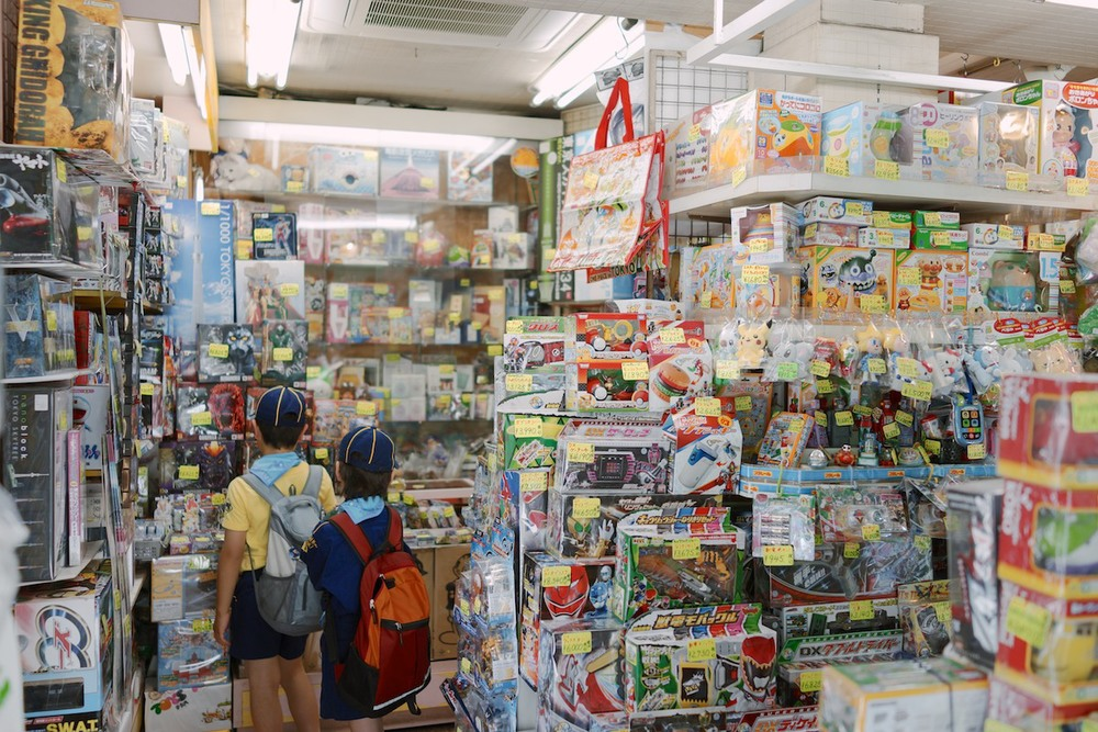 Children looking at toys in Nakamise.