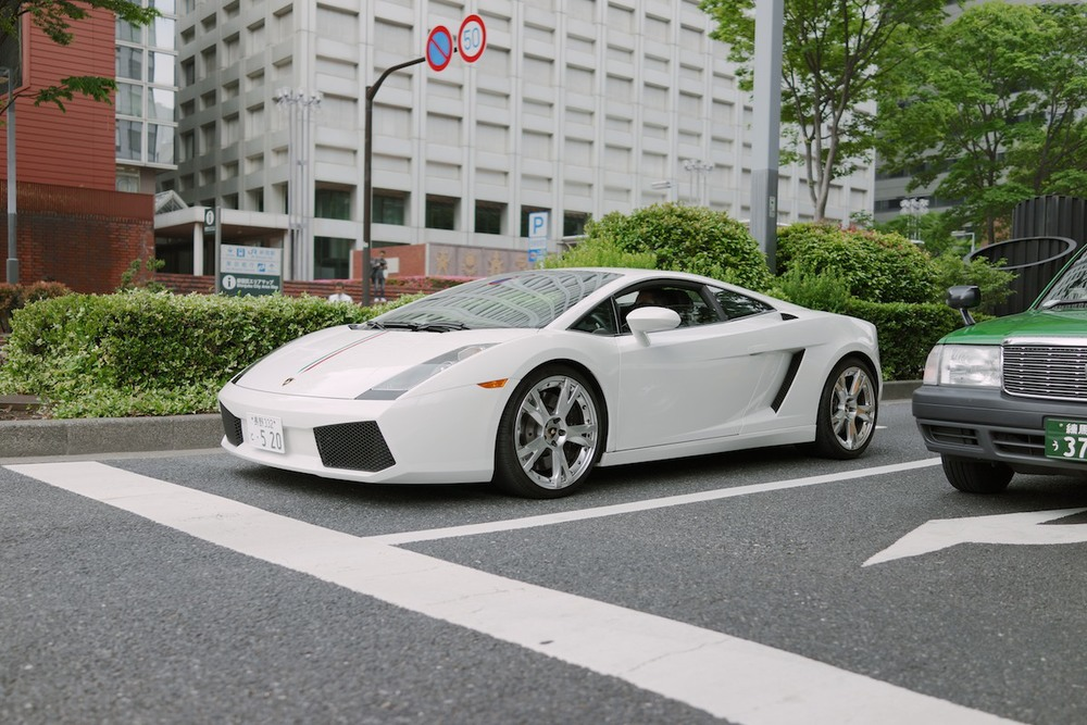 A Gallardo spotted in Shinjuku.