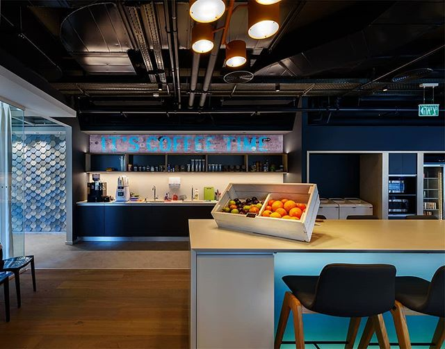 Office kitchen area at Nielsen - Sarona TLV // Photo by Itai Aviran