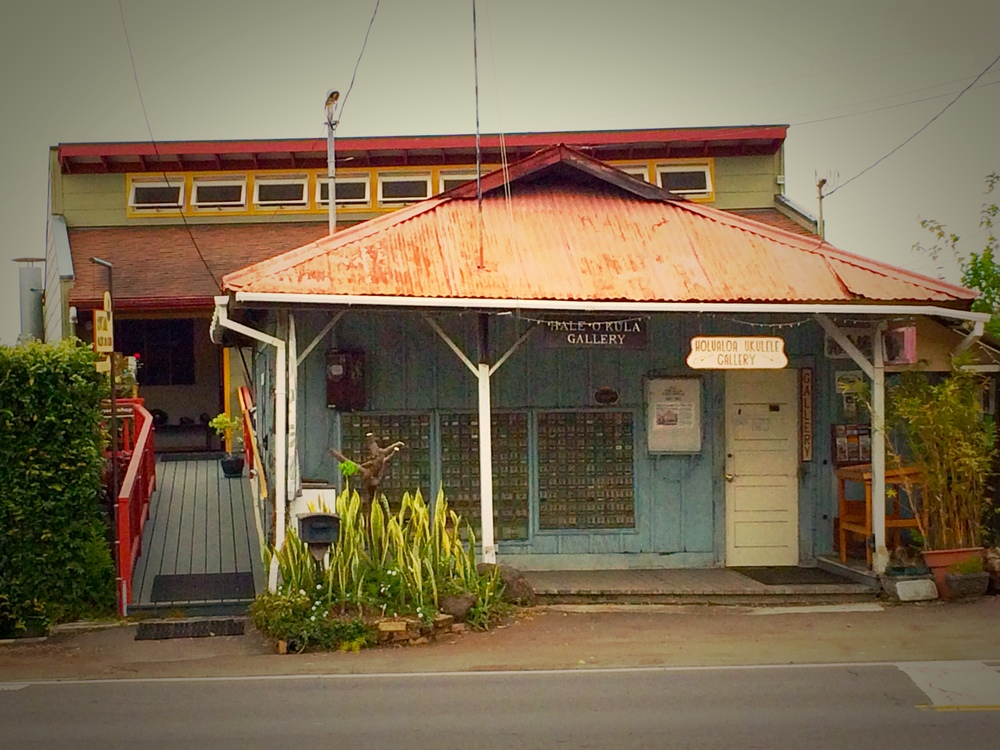 Holualoa Ukulele Gallery  (roadside) and  Dovetail Gallery  in the background.