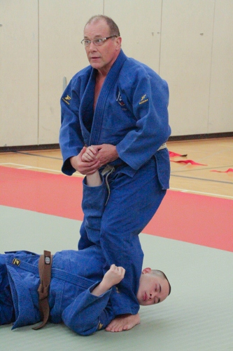 Control of subject with twisting wrist lock