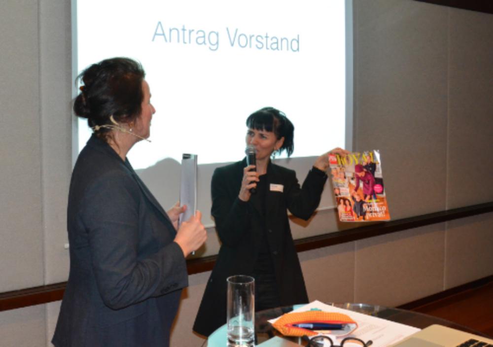 Vorstandsmitglied Monique Rijks bekommt von STC-Präsidentin Sonja Hüsler ein symbolisches Abschiedsgeschenk: Heftli!