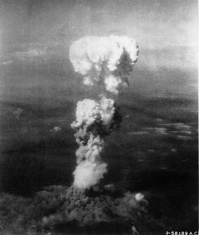 Grzyb atomowy rosnący nad Hiroszimą