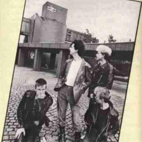 Depeche Mode在Basildon站前合影。