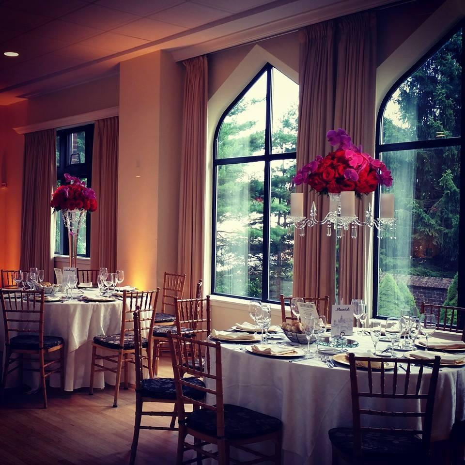Florals by Buttercup. Venue: Aldie Mansion.