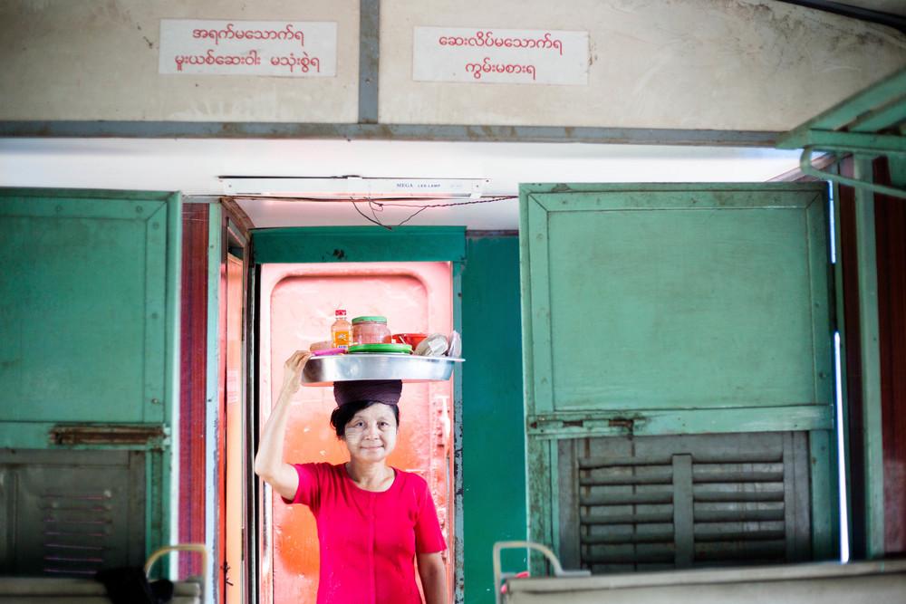 深深覺得這種頭頂個盤子就出來討生活的媽媽,太強了!  附帶一提,緬甸的火車非常舊了,是以前英國人或是日本人改的。軌道年久失修,運行時基本跟騎馬的搖晃程度差不多。但媽媽確能頭頂做生意的全部家當,穩穩的穿娑在火車包廂間....