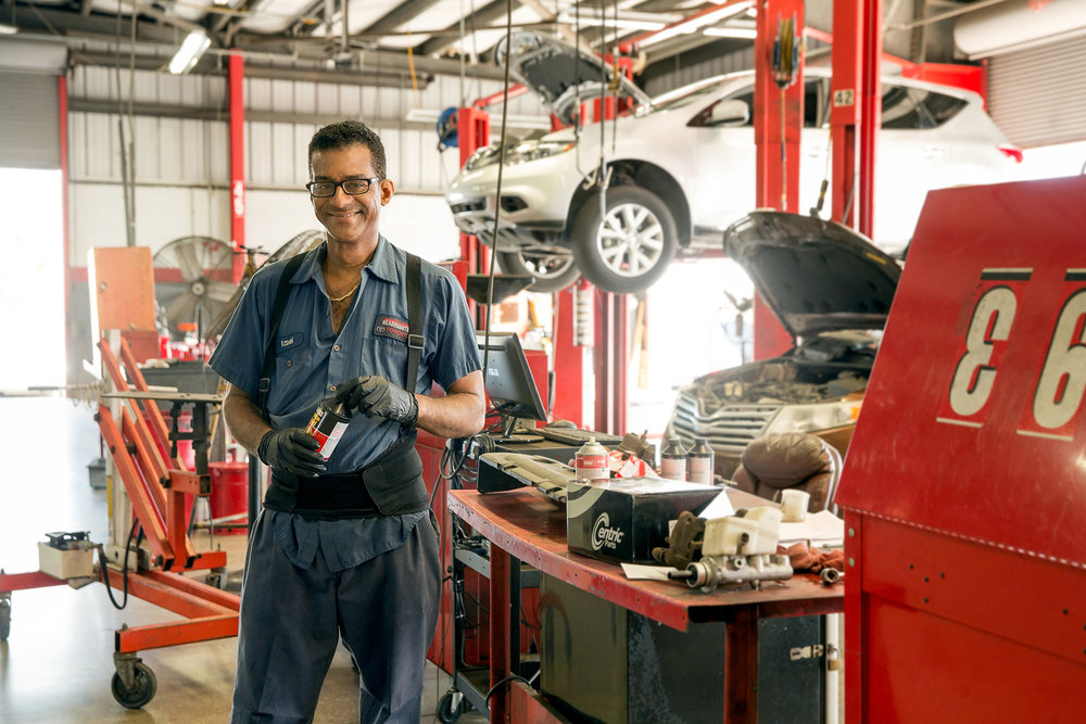 miami_lifestyle_photographer_david_gonzalez_photography_environmental_portrait_miami_photo_advertising_mechanic_worker_01.jpg