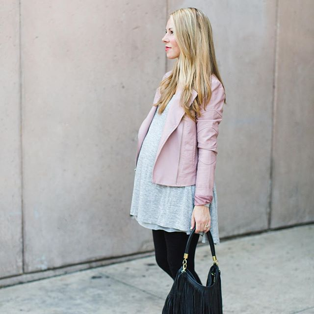 A maternity look suitable for Fall on the blog. How many more weeks until less humidity?! Tonight's the last night to enter the @shoppinkblush giftcard giveaway. Simply tag 2 friends in the comments! Winner will be notified tomorrow.  #PinkBlush #PinkBlushMaternity #maternityclothes #maternitystyle #thebump