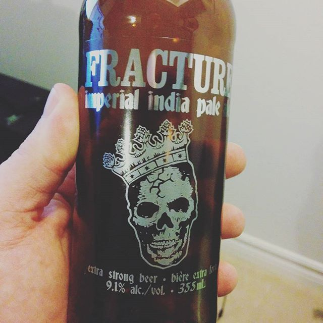 Have you had this! I mean, I've always liked this beer but Holy Schnikees! This batch of @amsterdambeer Fracture is incredible. Fresh and floral.  Delicious tropical fruit notes with tons of citrus put the hops front and center in this Brew. Balanced bitterness makes this beer a f*ing champ. #mustdrinkthis #howgoodisthis #beerner #ianismyhero