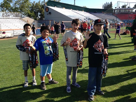 Jr. Giants handing out medals