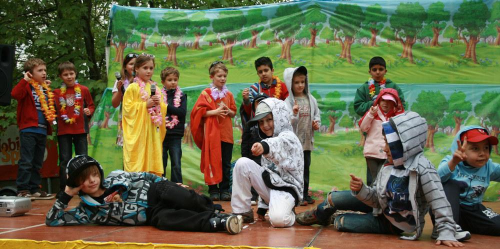 Zum großen Finale versammelten sich alle Kinder auf der Bühne. (Foto: pi)